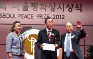Secretary-General Ban Receives Seoul Peace Prize. Acceptance Speech Frequently References Importance of Disarmament